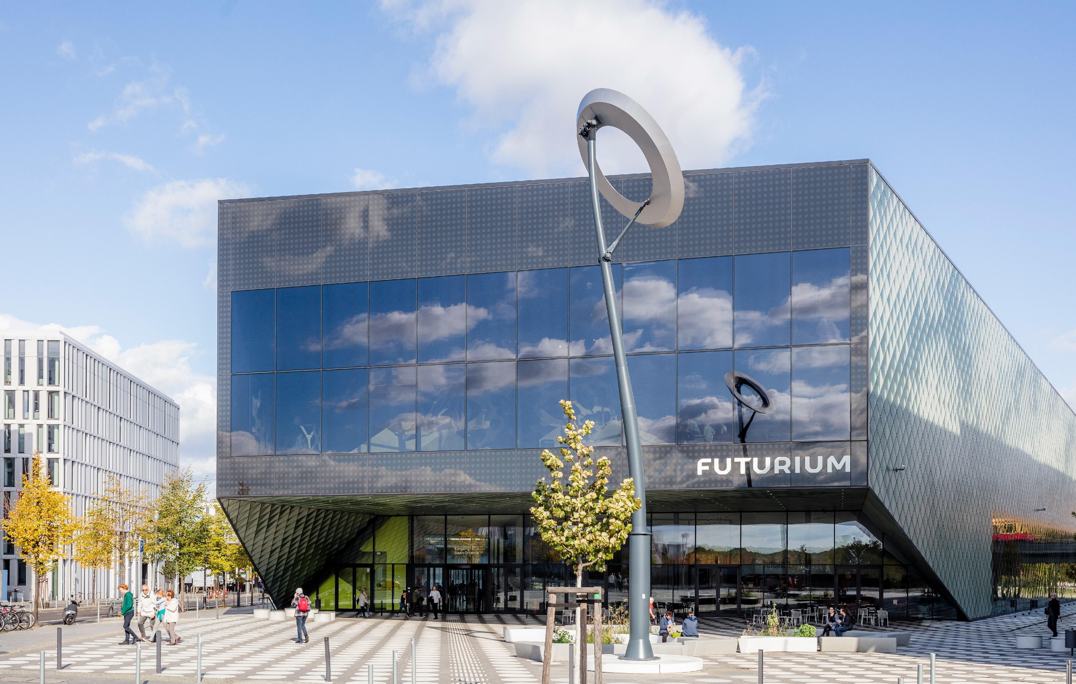 Gebäude mit Glasfassade und Aufschrift Futurium