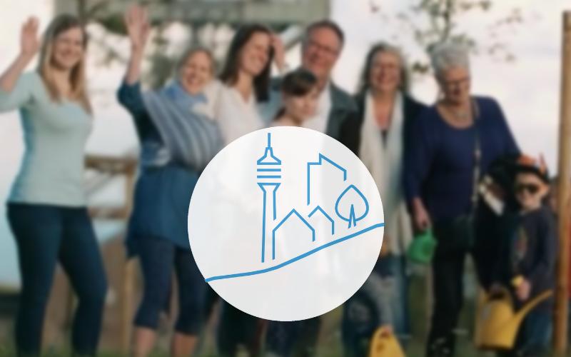 Das ZWK Logo mittig und im Hintergrund verschwommen eine große Familie